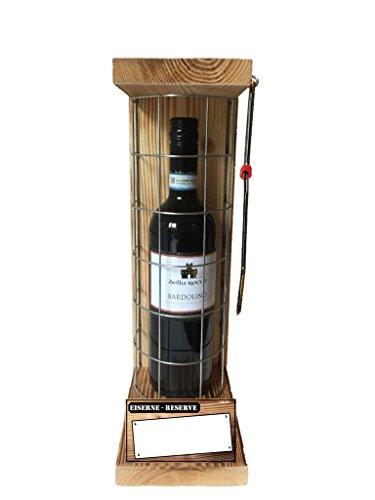 Personalisierbar-mit-Ihrem-Wunschtext-Die-Eiserne-Reserve-mit-einer-Flasche-Rotwein-Bardolino-075L-incl-Bgelsge-zum-aufschneiden-des-Metallgitters-Das-ausgefallene-originelle-lustige-Geschenk-das-pers