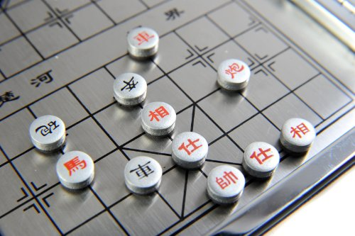 Quantum-Abacus-Azerus-Alu-Line-Aluminium-Leder-Box-2-in-1-Spielset-B-Schach-Xiangqi-mit-magnetische-Spielsteinen-Spielbrett-115cm-x-115cm-x-07cm-XY009P2N-DE